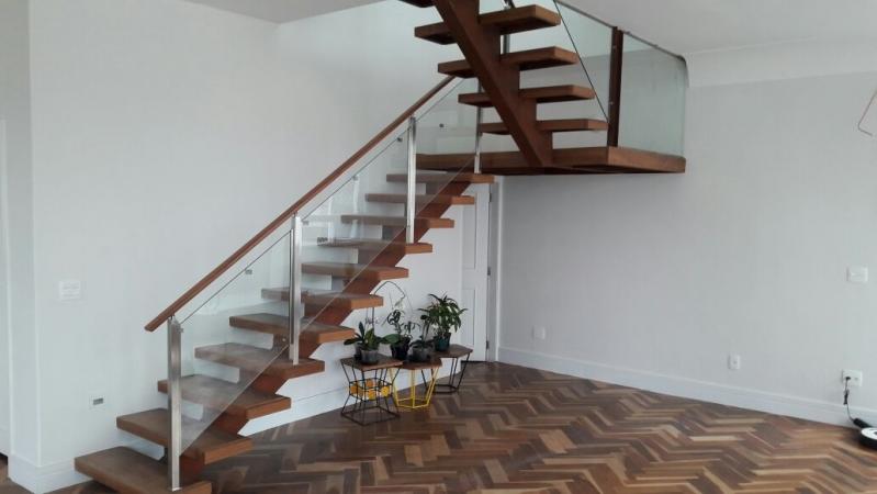 Corrimão de Vidro para Escada de Madeira Jardim Bonfiglioli - Corrimão de Vidro e Alumínio