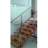 corrimão de madeira para escada interna Jardins