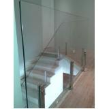 corrimão de vidro com torre de aço