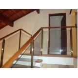 corrimão de vidro para escada de madeira