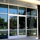 porta de vidro com grade Riviera de São Lourenço